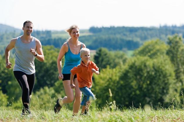 Семья занимается спортом - бег