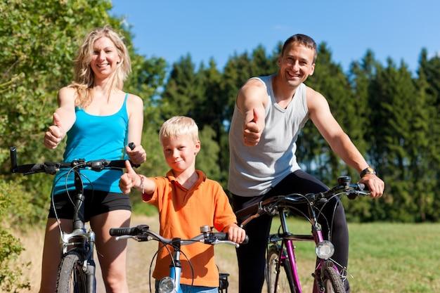 スポーツ用の自転車に乗る家族