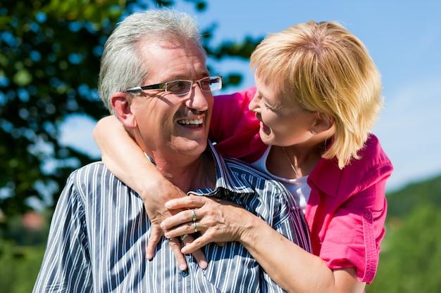 Счастливая зрелая или пожилая пара с прогулкой