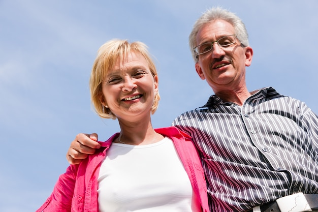 散歩をしている年配のカップル