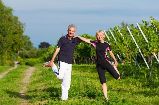 年配のカップルがスポーツジョギング