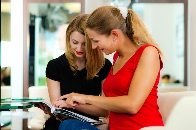 アドバイスを得る美容師の女性