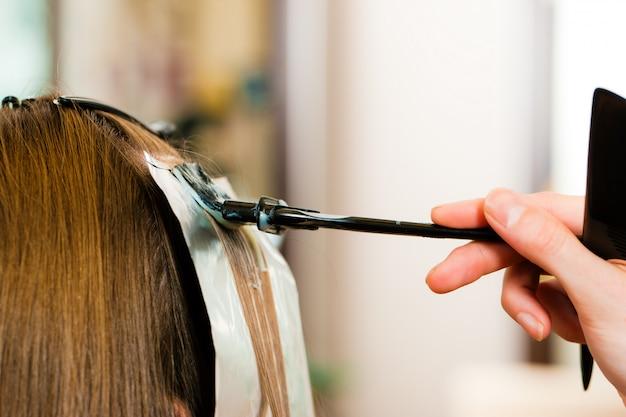 美容院で-女性は新しい髪の色を取得します