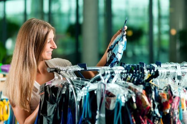 衣料品店でのショッピングの女性