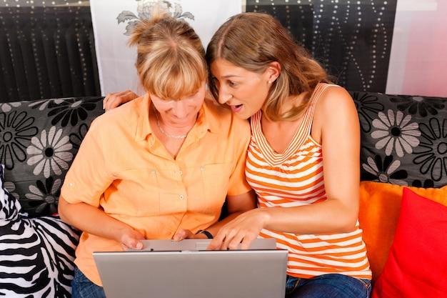 インターネットを母親に説明する娘