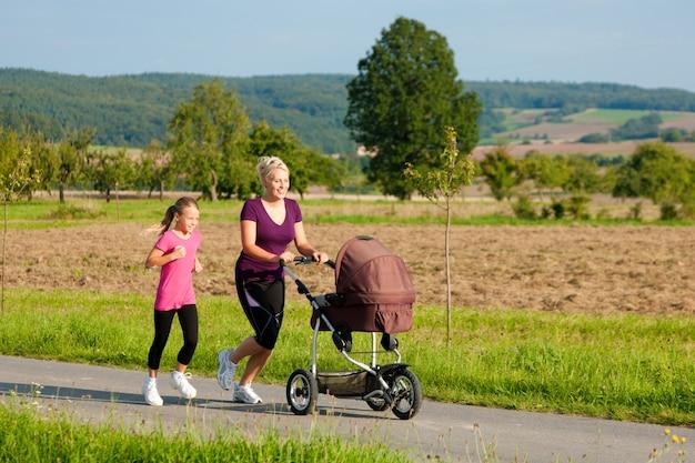 Семейный спорт - бег с детской коляской