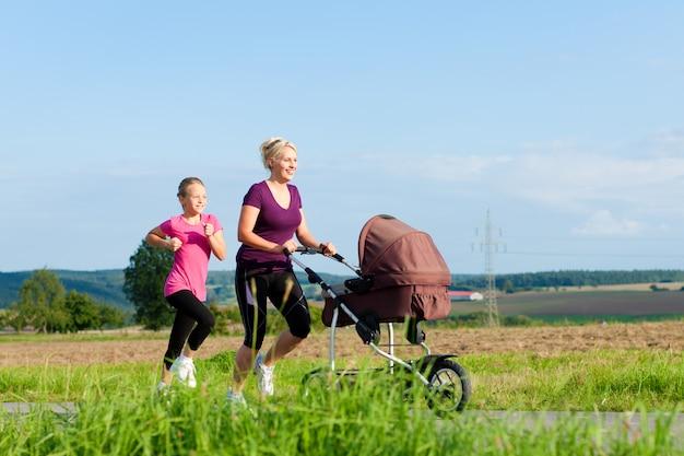家族スポーツ-ベビーカーとジョギング