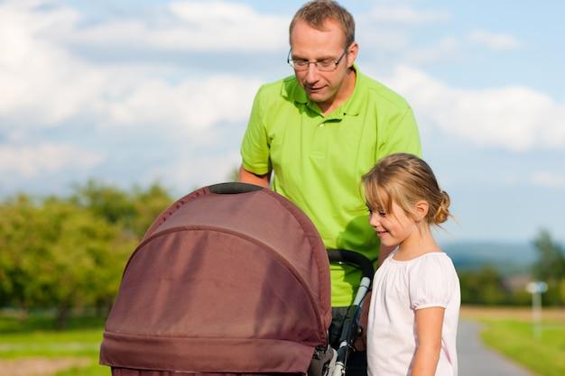 子供と赤ちゃんのバギーの父