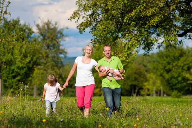 散歩を持つ子供連れの家族