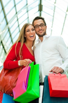 バッグとショッピングモールの男女