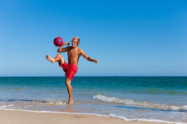 サッカービーチの男