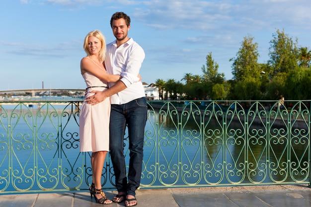 都市観光-橋の上の休暇のカップル
