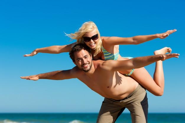 夏のビーチでのカップル