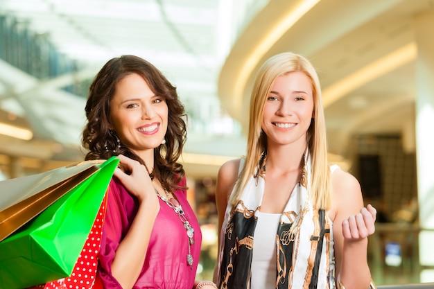 ショッピングモールでバッグと一緒に買い物をする女性