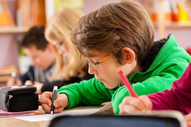 学校で宿題をしている生徒