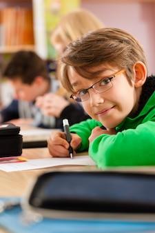 宿題をしている学校の生徒
