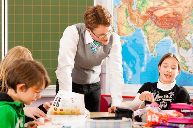 生徒と教師が学校で学ぶ
