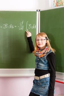 子供または学校の黒板の生徒