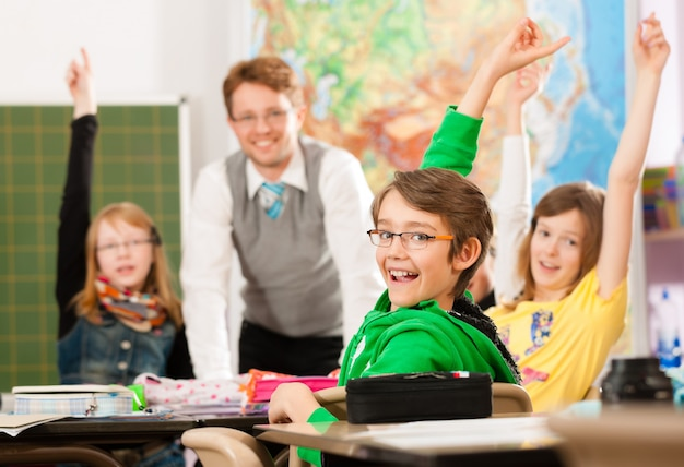 Ученики и учителя учатся в школе