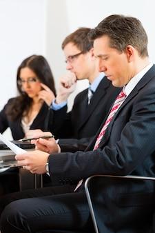 オフィスで会議中にビジネス人々