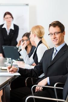オフィスでの会議とプレゼンテーション