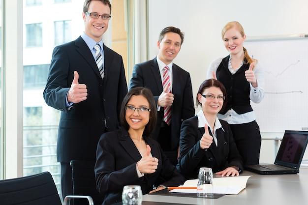 ビジネスマンはオフィスでチーム会議を持っています