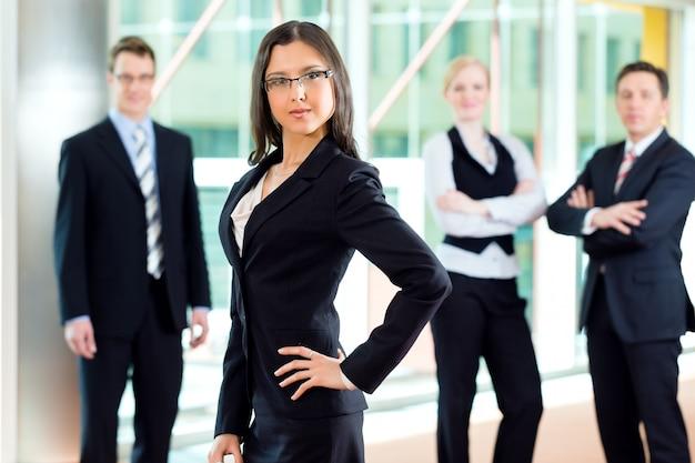 オフィスのビジネスマンのグループ