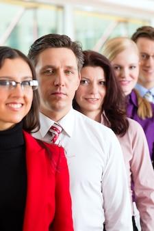 オフィスのビジネス人々またはチーム