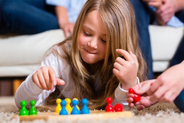 家族が自宅でボードゲームをプレイ