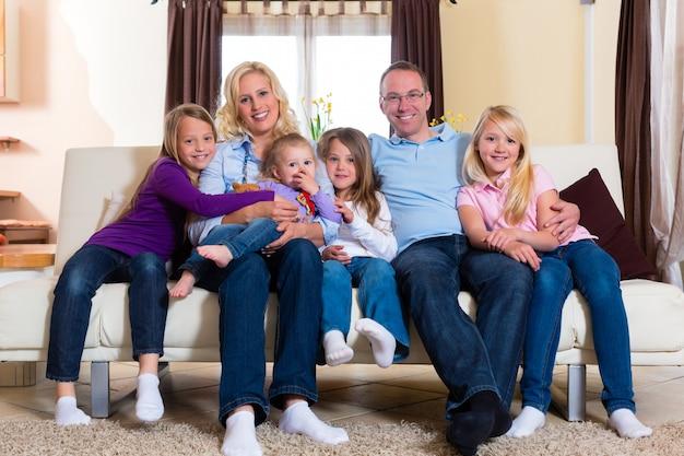 ソファの上の家族