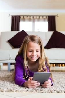 Семья - ребенок читает электронную книгу
