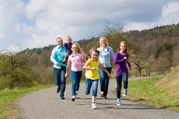 Семья работает на открытом воздухе