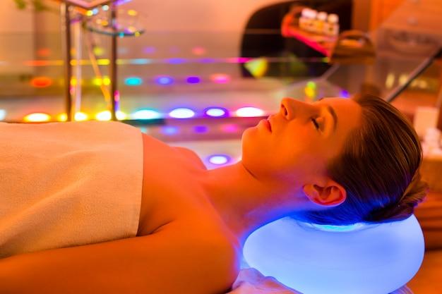 Женщина наслаждается терапией в спа с цветотерапией
