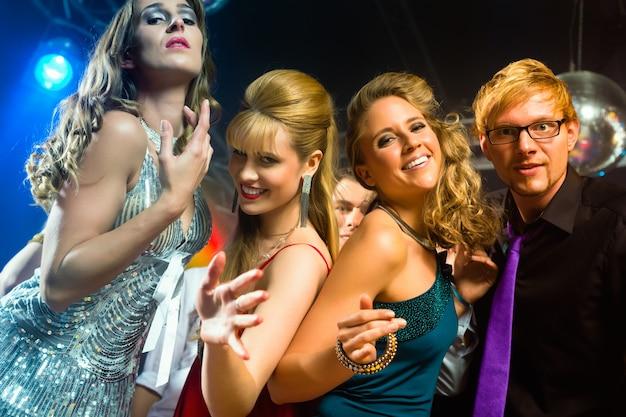 Тусовщики танцуют в диско клубе
