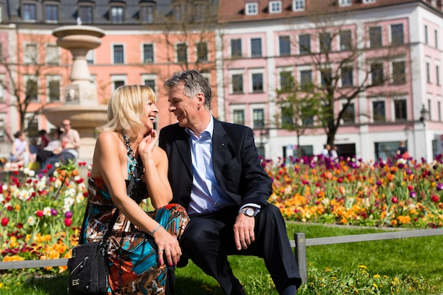 市内の春の間に年配のカップル