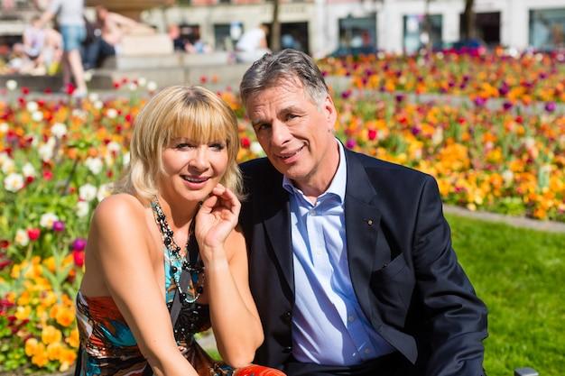 市内の春の間に成熟したカップル