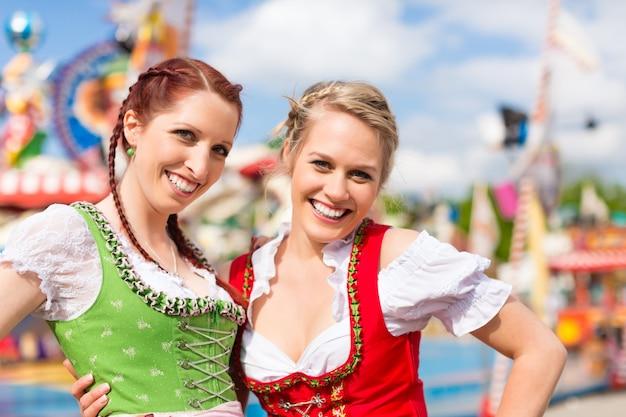 Женщины в традиционной баварской одежде или дирндль на фестивале