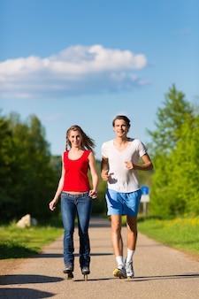 屋外スポーツを行う若いカップル