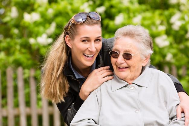 Молодая женщина навещает бабушку в доме престарелых