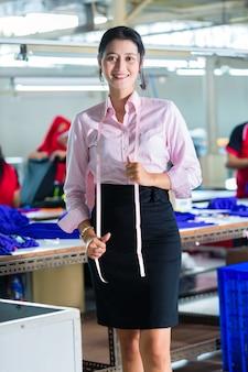 繊維工場のアジアの洋裁師