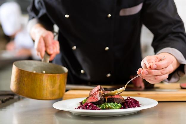 ホテルまたはレストランのキッチンで料理をするシェフ