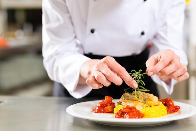 レストランキッチン料理の女性シェフ