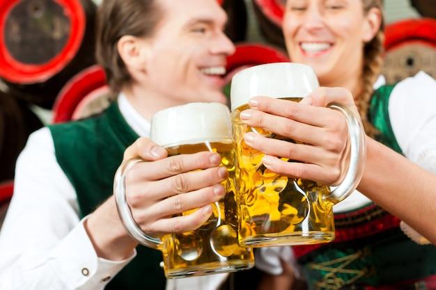 ビール醸造所でビールを飲むカップル