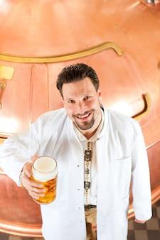 醸造所でビールのグラスとビール