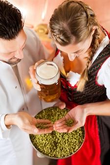 ビール醸造所でビールのグラスを持つ女性