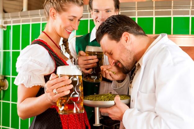 ビールとビール醸造所の醸造家とカップルします。