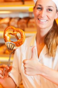 営業担当者はパン屋でパンを梱包しています