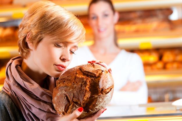 パン屋の女性客と販売員