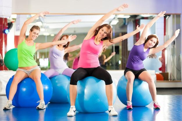 ジムフィットネス女性-トレーニングとトレーニング