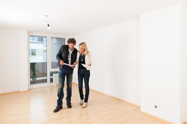 Молодая пара ищет недвижимость